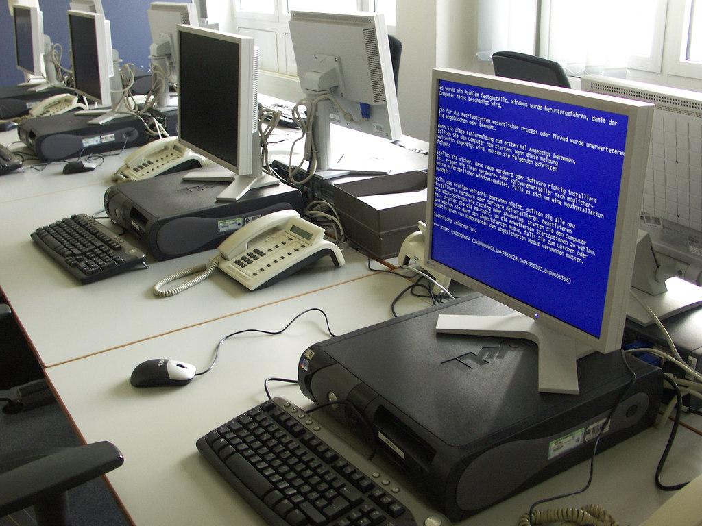 Real existierender Bluescreen an einem real existierenden Newsdesk am Tag der Inbetriebnahme im Jahre 2005. Auftakt mit Absturz - beinahe poetisch. Genauso trostlos wie es hier wirkt, war es dann auch.