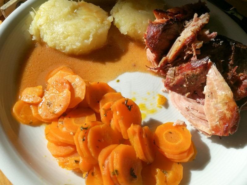 Mahlzeit! Das Fleisch ist so zart, das geht als Pulled Pork durch. Wunderbar.