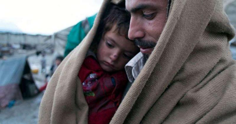 Kind und Vater in einem afghanischen Flüchtlingslager. (Foto: Welthungerhilfe)