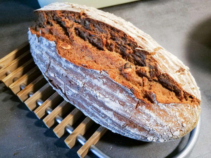 Ja, der brutale Riss am mit Schluss nach oben gebackenen Brotes ist so gewollt.