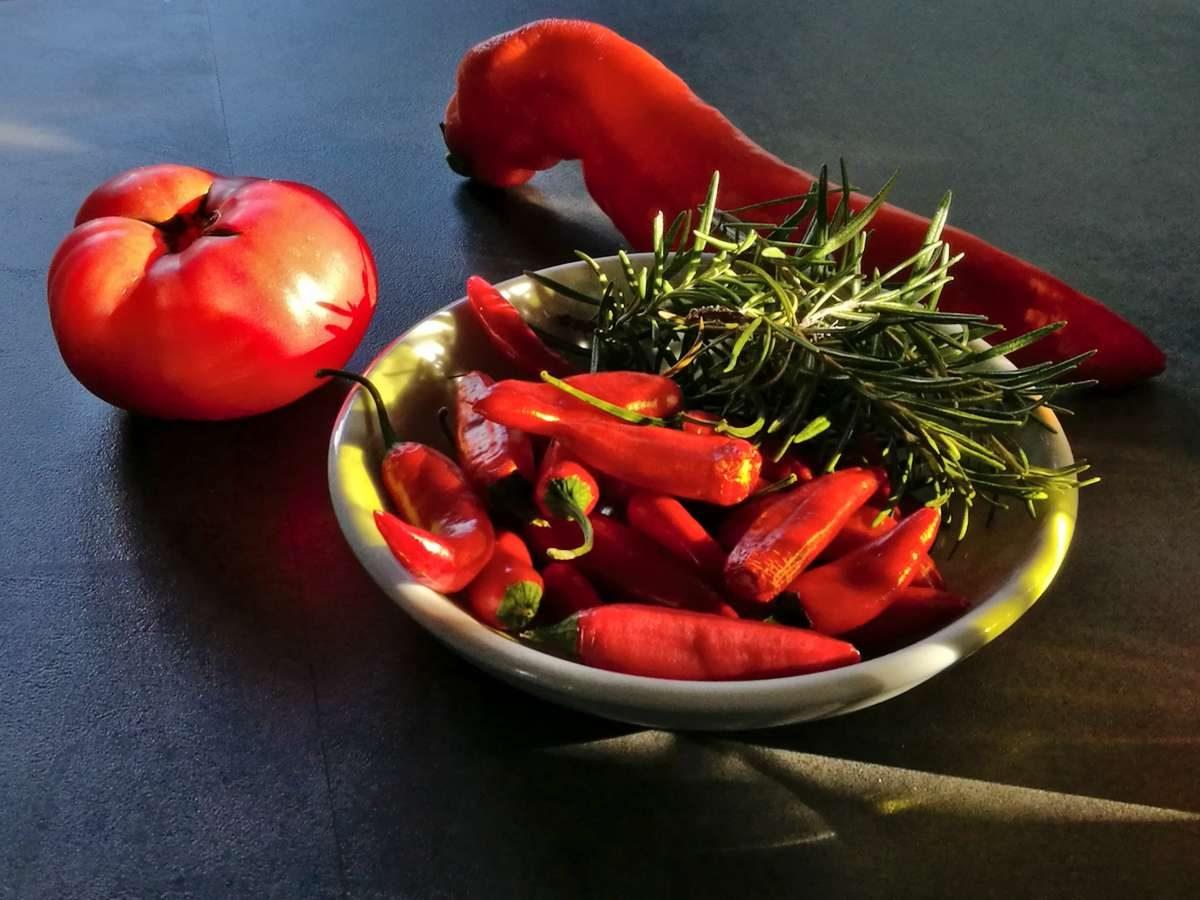Lippische Tomate trifft lippische Chilis trifft kroatischen Rosmarin trifft Detmolder Spitzpaprika.