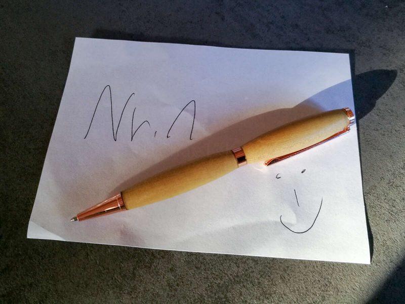 Schreibgerät Nr. 1, ein Drehkugelschreiber. Das Holz ist Robinie.
